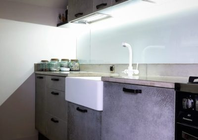kuchnia z blatem betonowym